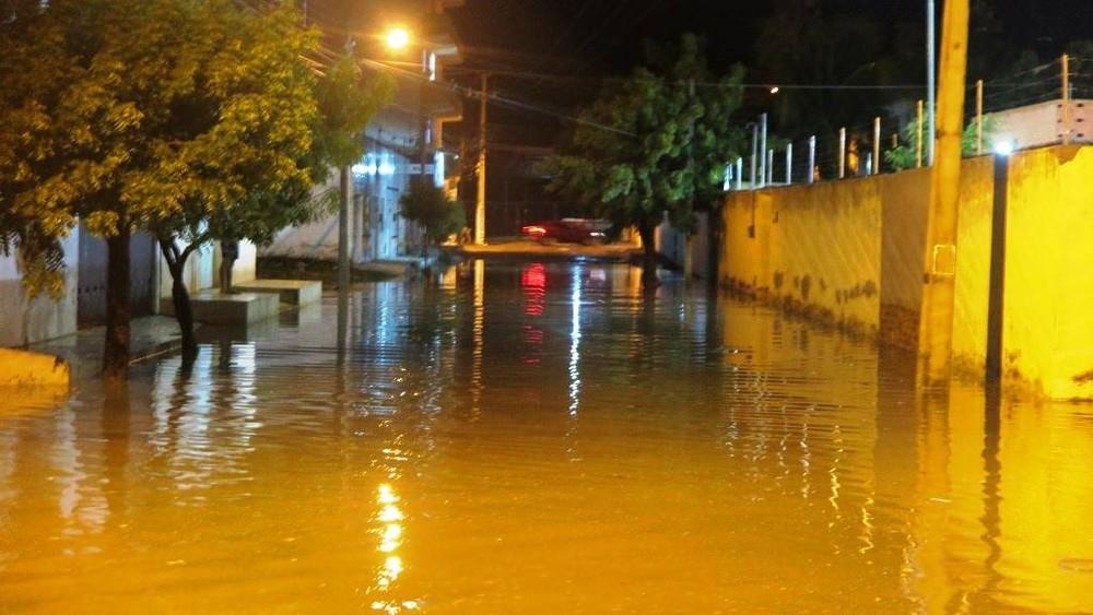 Chuva com ventania derruba telhados e causa alagamentos em Quixadá, no Ceará