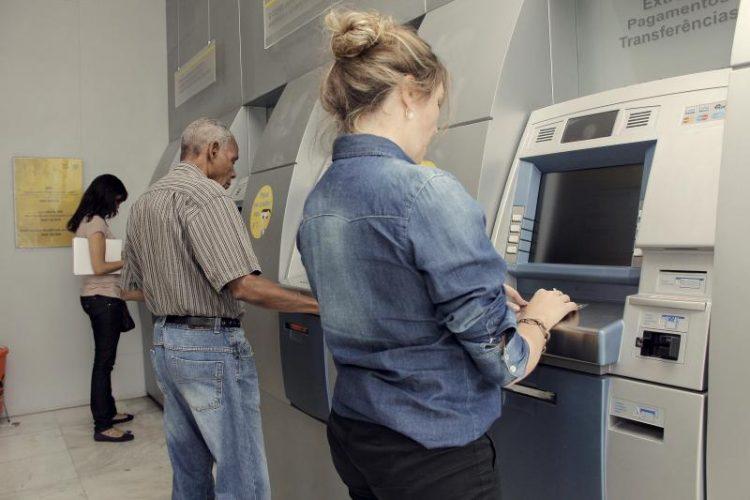 Bancos voltam a funcionar nesta quarta-feira e carnês podem ser pagos sem multa