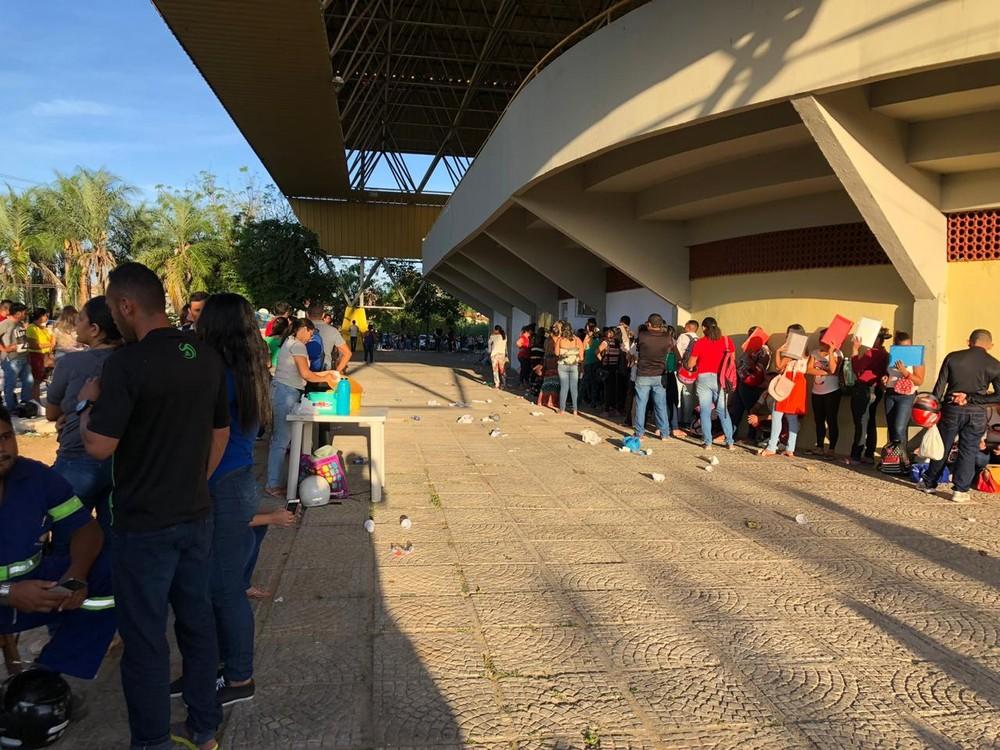 Candidatos passam a madrugada em fila quilométrica para concorrer a vaga de emprego no Ceará
