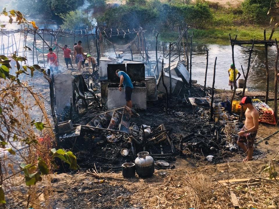 Incêndio de grandes proporções destrói barraca no distrito de Macaraú, em Santa Quitéria