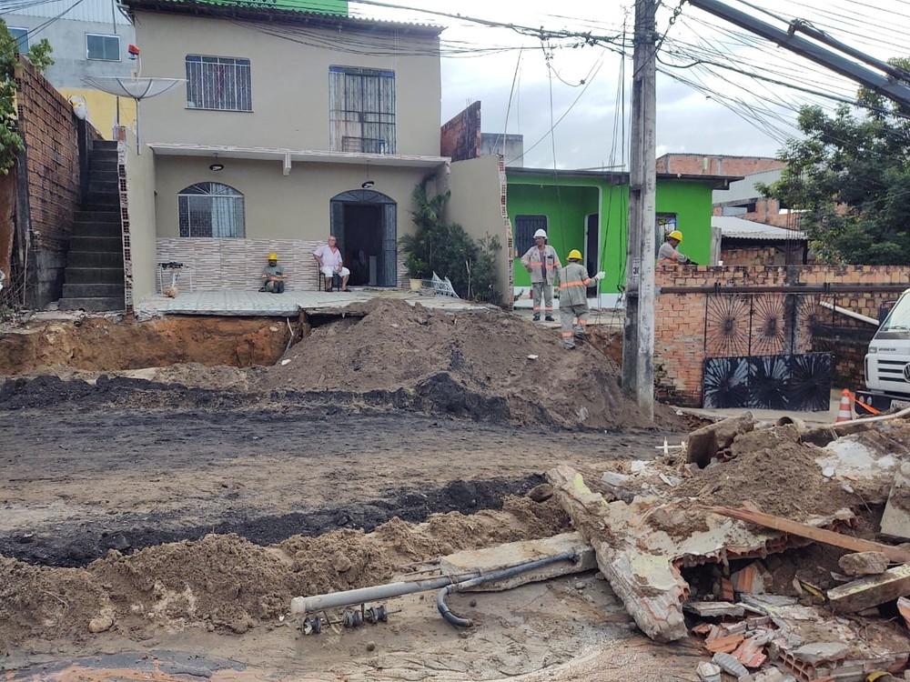 Muro de casa é 'engolido' por cratera em vídeo impressionante feito por moradores; assista