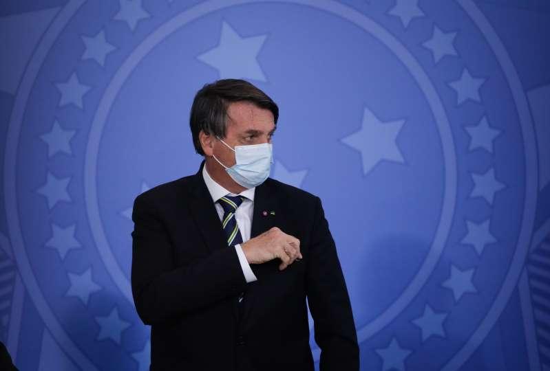 Bolsonaro abre crédito de R$ 67,6 bilhões para auxílio emergencial