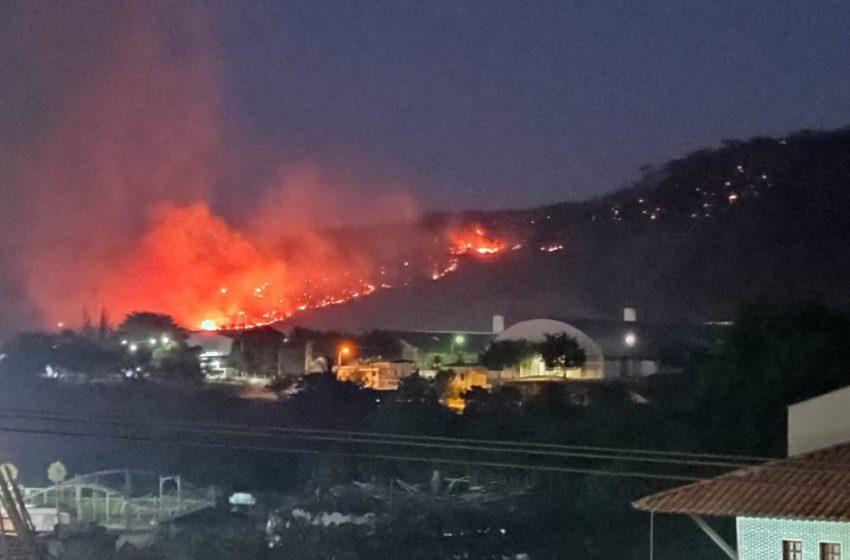 Incêndio atinge vegetação em serra e chega perto das casas em Itapajé, no Ceará