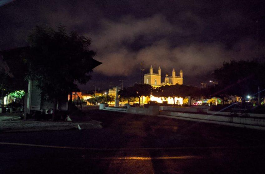 Praça da Matriz às escuras gera reclamações e traz insegurança em Santa Quitéria